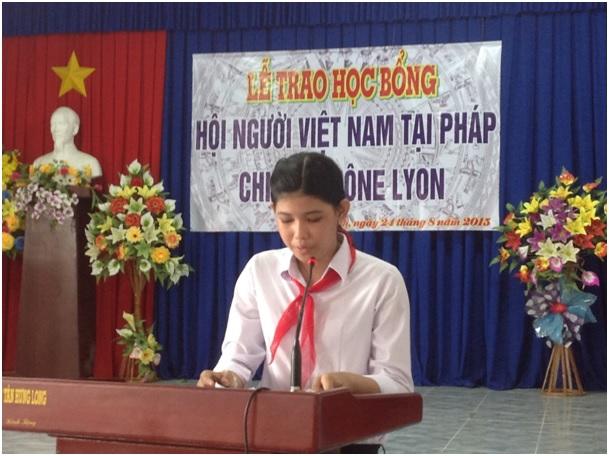 L'élève Nguyễn Bùi thị Quế Trân prononce les remerciements au nom de tous les boursiers.