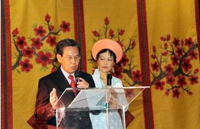 Ông Nguyễn Bá Nghị, chủ tịch CRM, giới thiệu những hoạt động nhân đạo trong chương trình Tết Trung thu hàng năm nhằm gây quĩ học bổng cho học sinh nghèo ở Việt Nam