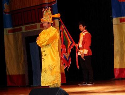 Nguyễn Bá Nghị trong vai vua trên sân khấu Tết cộng đồng tại Trung tâm Văn hóa và Đời sống-thành phố Villeurbanne