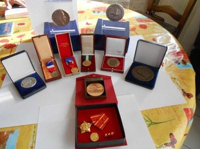 Tất cả kỷ vật của một đời cống hiến của Bác, với rất nhiều bằng khen, huy hiệu, được trao tặng bởi cả hai chính phủ Pháp – Việt